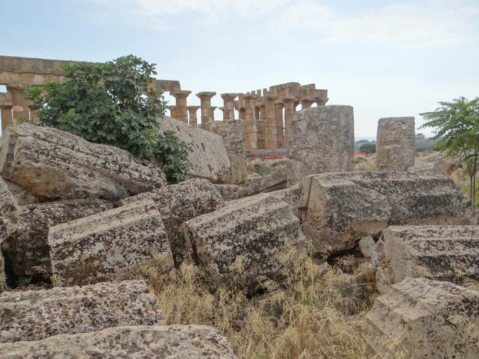 The ruins of two Greek temples at Selinunte, one in crumbles and the other standing.